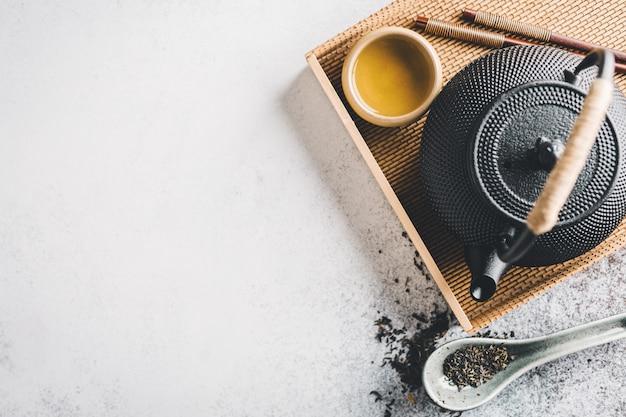 Tetera con té en brillante Foto gratis