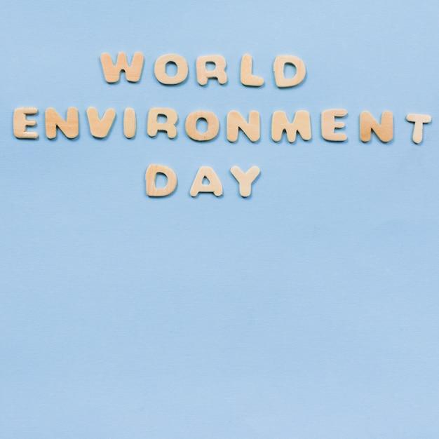 Texto del día mundial del medio ambiente sobre fondo azul Foto gratis