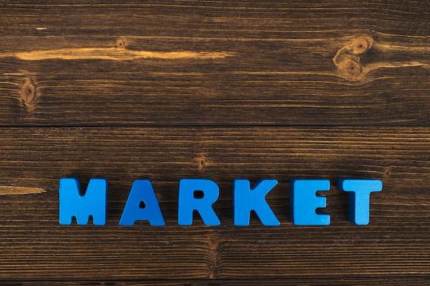 Texto de mercado en mesa de madera Foto Premium