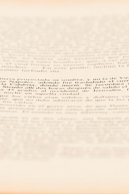 Texto de la página del artículo en el libro. Foto gratis