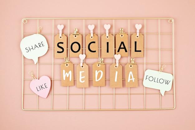 Texto de redes sociales en el tablero de malla de color dorado Foto Premium