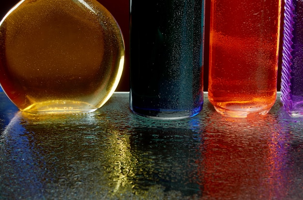 La textura de las bebidas alcohólicas por copa en un chorro de agua. Foto Premium