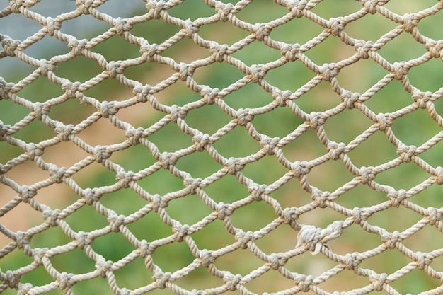 Textura blanca de la red de la cuerda del vintage en hierba verde Foto Premium