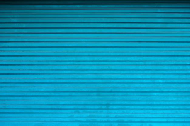 Textura de puerta de cortina metálica. fondo de la tienda con cortinas cerradas de metal azul Foto Premium