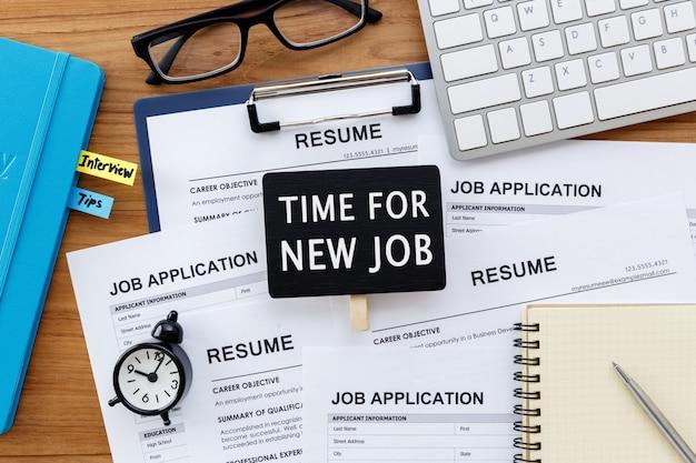 Tiempo para la nueva señal de empleo con reclutamiento laboral Foto Premium