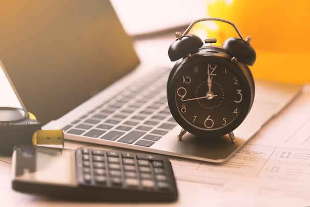 Tiempo para trabajar en la oficina de concepto de trabajo
