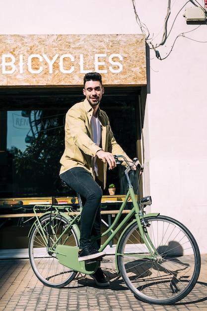 Tienda de bicicletas con dependiente Foto gratis