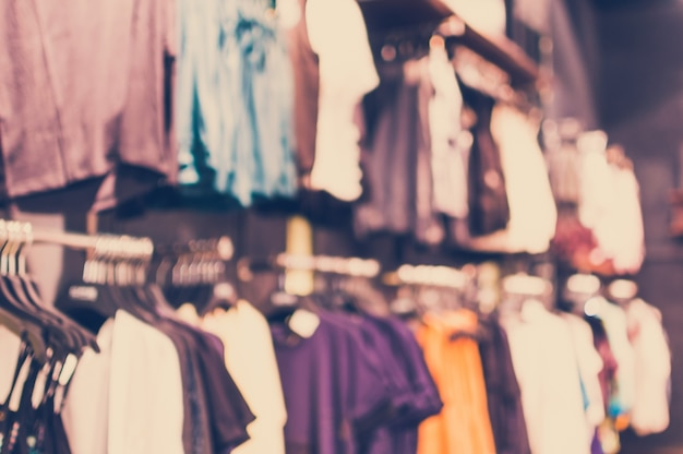 Tienda de ropa borrosa en el centro comercial Foto gratis