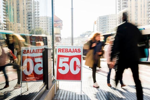 Tienda de ropa con cartel de rebajas Foto gratis