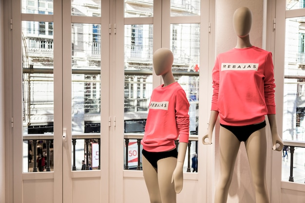 Tienda de ropa con maniquíes Foto gratis