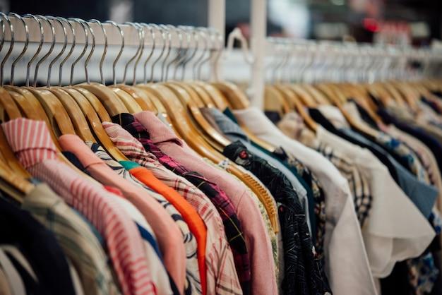 Tienda de ropa, tienda de ropa en perchas en la tienda boutique moderna Foto gratis