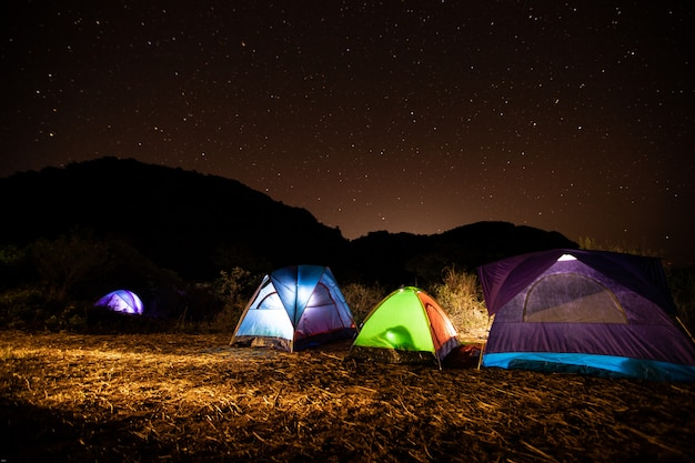 Tiendas de viajeros en medio de la montaña por la noche con las estrellas en el cielo. Foto Premium