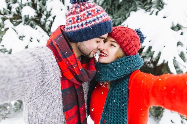 Tierna pareja de enamorados tomando selfie Foto gratis