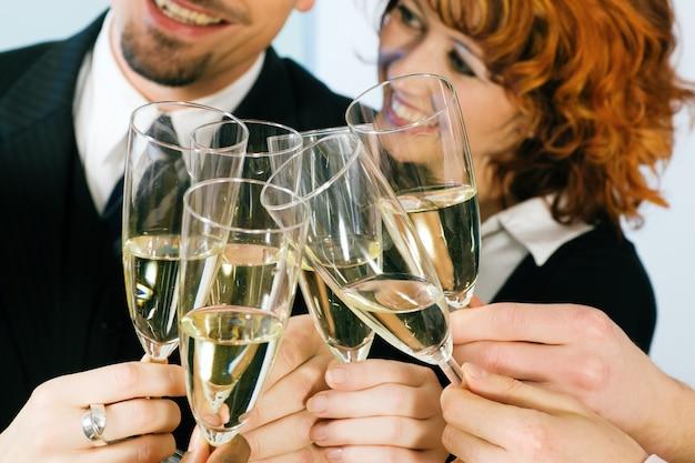 Tintinear copas de champán Foto Premium