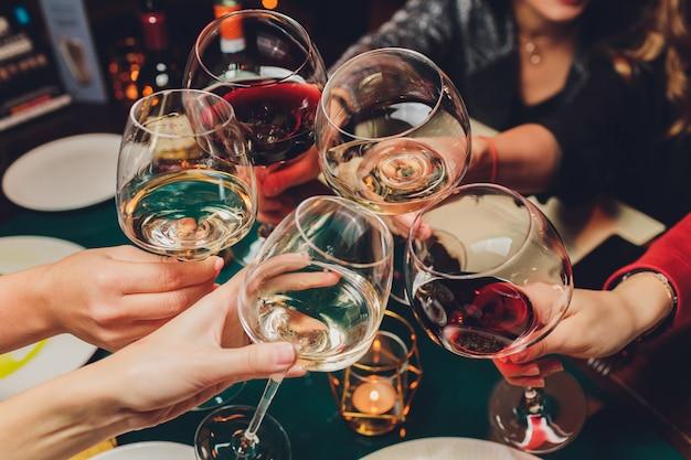 Tintineo de vasos con alcohol y tostado Foto Premium