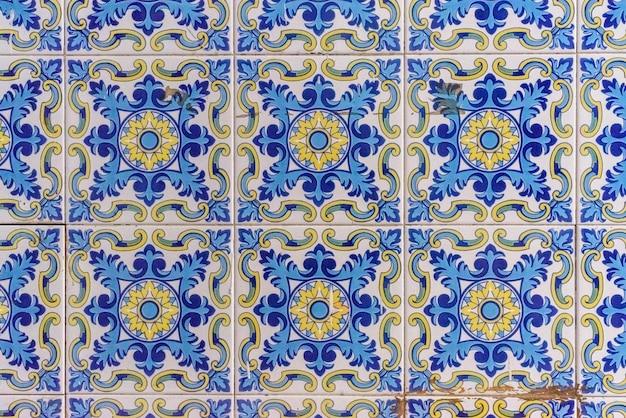 Típicos azulejos y losas valencianos utilizados para decorar las paredes de las barracas. Foto Premium