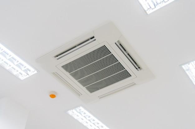 Tipo de cassette aire acondicionado con iluminación y sistema de protección contra incendios Foto Premium