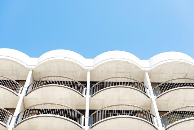 Tiro de ángulo bajo del edificio arquitectónico blanco con balcones Foto gratis