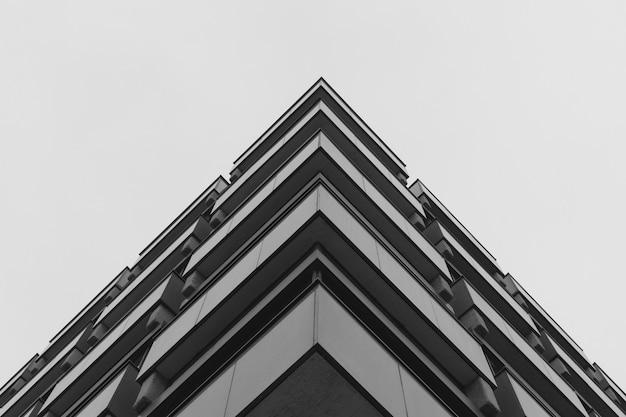 Tiro de ángulo bajo de un edificio de hormigón gris que representa la arquitectura moderna Foto gratis