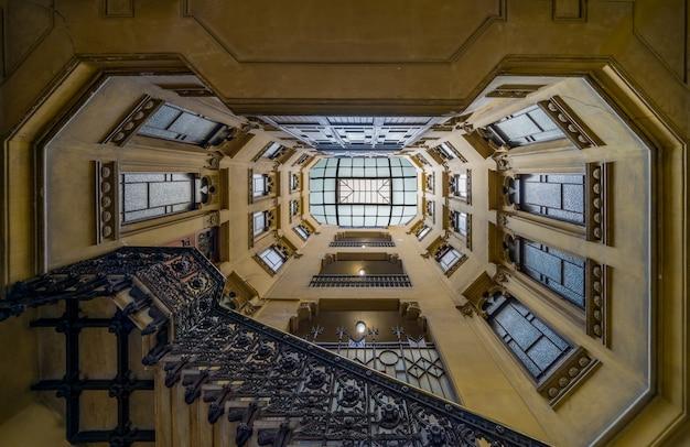 Tiro de ángulo bajo de la escalera geométrica de un edificio antiguo Foto gratis