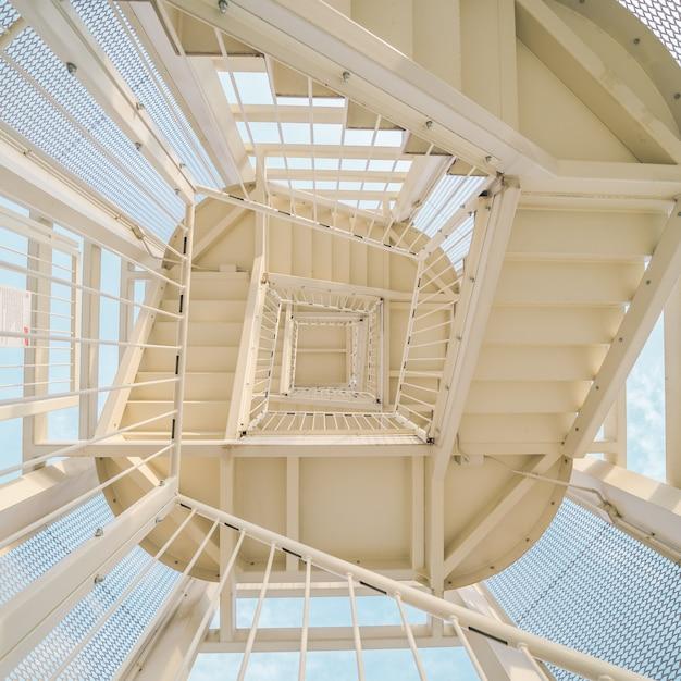 Tiro de ángulo bajo de una escalera de metal subiendo Foto gratis