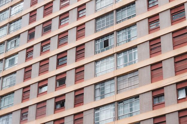 Tiro de ángulo holandés de un edificio alto de apartamentos ventanas Foto gratis
