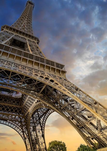 Tiro de ángulo bajo de la torre eiffel en parís, francia Foto gratis