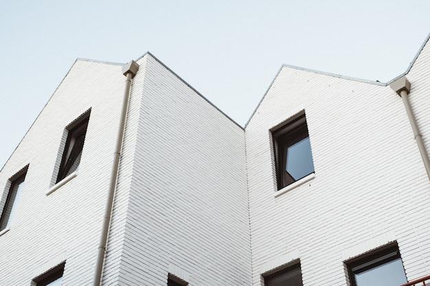 Tiro blanco moderno del ángulo bajo del edificio Foto gratis