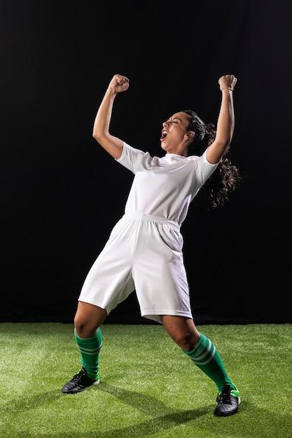 Tiro completo deportivo mujer celebrando Foto gratis