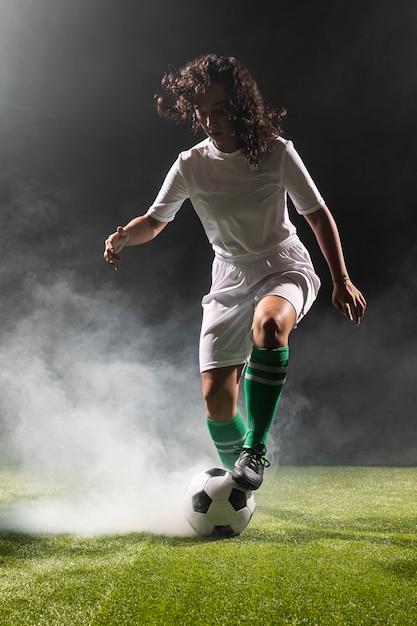 Tiro completo mujer adulta con balón de fútbol Foto gratis