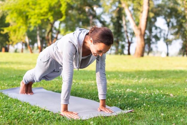 Tiro completo mujer haciendo ejercicio al aire libre Foto gratis