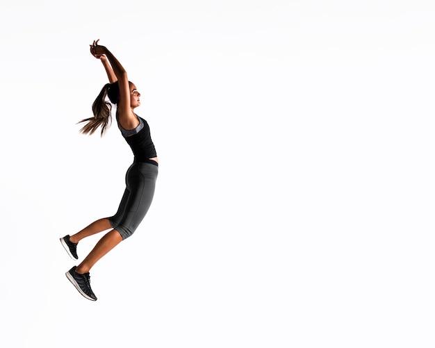 Tiro completo mujer saltando en el interior Foto gratis