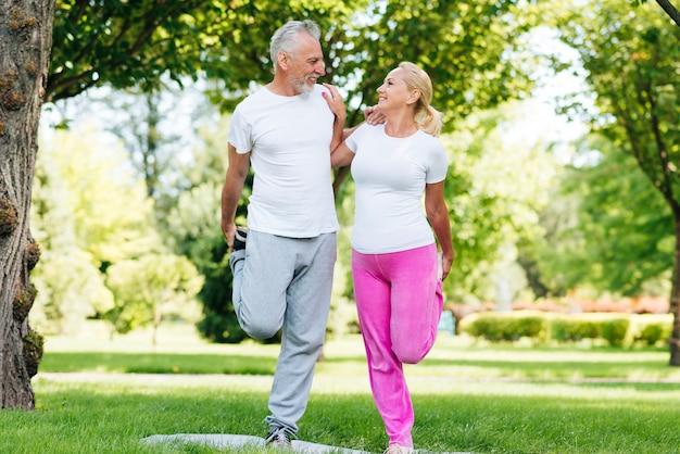 Tiro completo personas haciendo ejercicio juntos Foto gratis