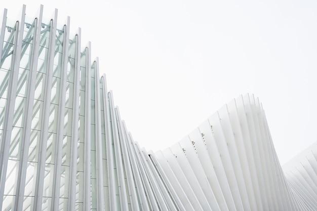 Tiro horizontal edificios abstractos con costillas metálicas blancas y ventanas de vidrio Foto gratis