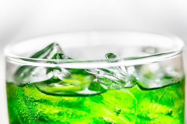 Tiro macro bebida verde soda Foto gratis