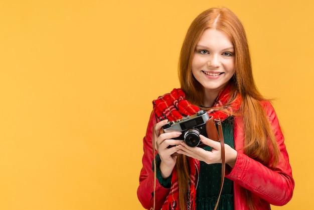 Tiro medio mujer con cámara de fotos Foto gratis