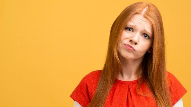 Tiro medio mujer expresando emoción Foto gratis