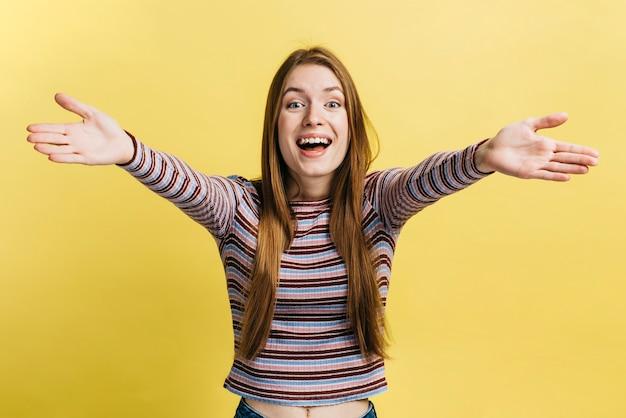 Tiro medio mujer que quiere un abrazo Foto gratis