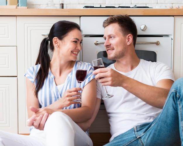 Tiro medio pareja sosteniendo copas Foto gratis