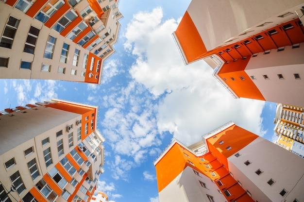 Tiro de ojo de pez de nuevos edificios residenciales Foto Premium