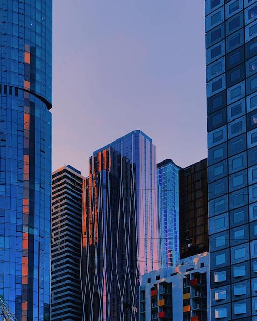 Tiro vertical de rascacielos azules Foto gratis