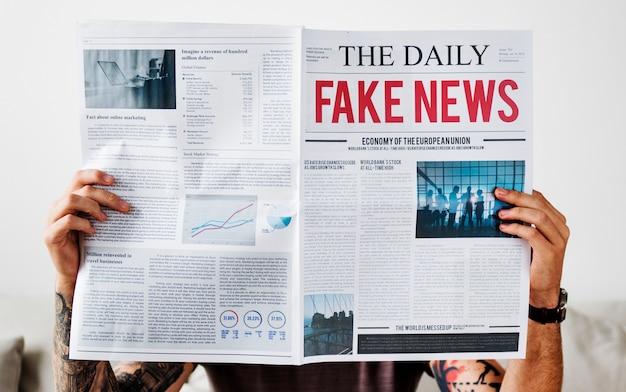 Título de noticias falsas en un periódico Foto gratis