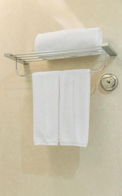Toalla blanca limpia en una percha preparado en el cuarto for En el cuarto de bano