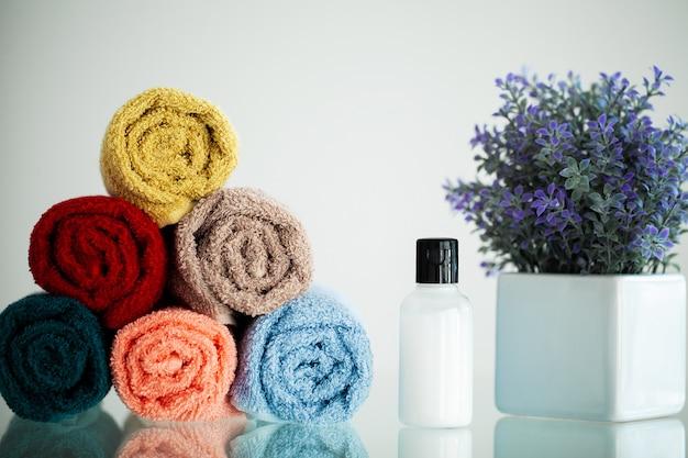 Toallas de colores sobre la mesa blanca en el baño. Foto Premium