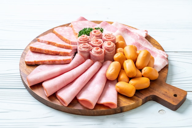 Tocino, salchicha, jamón ahumado y tocino a la barbacoa Foto Premium