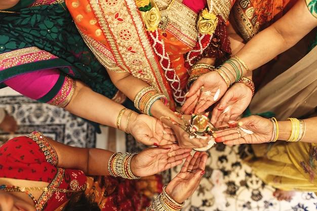 Todas las mujeres de la familia india tienen especias en sus palmas Foto gratis