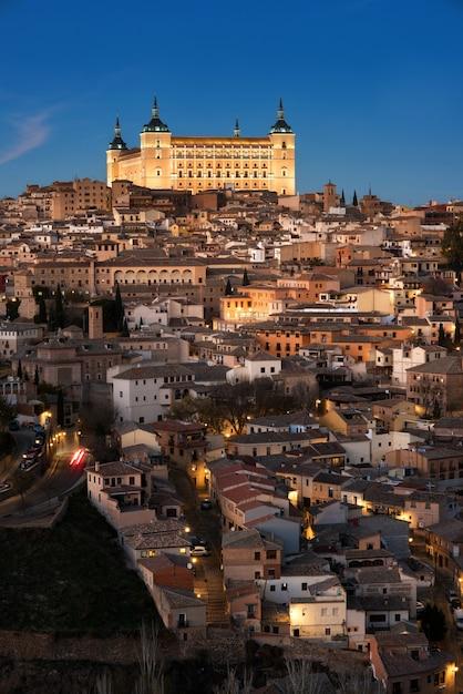 Toledo, españa paisaje urbano de la ciudad vieja y alcázar al atardecer Foto Premium