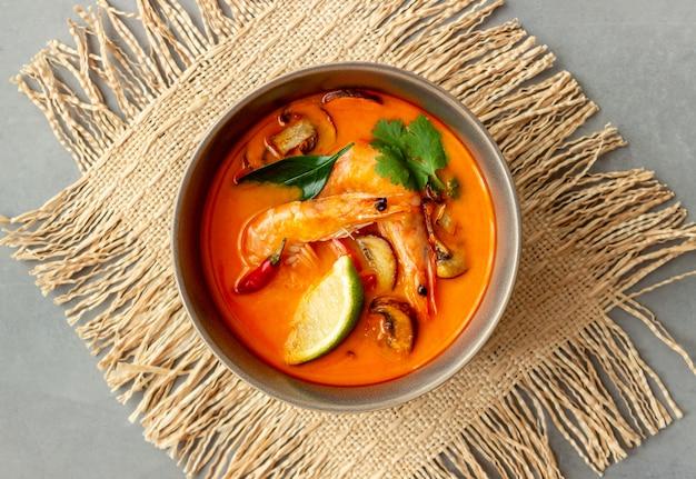 Tom ñam sopa. cocina tailandesa. alimentación saludable. recetas. Foto Premium