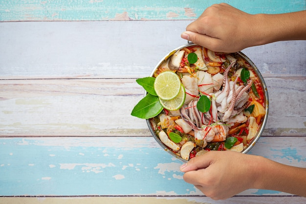 Tom yum mariscos mezclados en sopa espesa hot pot comida tailandesa picante. Foto gratis