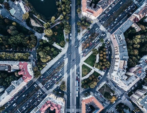 Toma aérea de aviones no tripulados de una ciudad urbana concurrida intersección vial Foto gratis